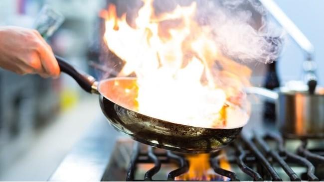 炒菜的油烟会致癌?再次提醒:厨房油烟是肺癌因素之一,尽量避免